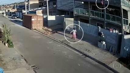Mulher vê filha cair de terceiro andar e ser salva por vizinho