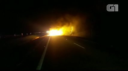 Criminosos incendenaim carreta na rodovia Marechal Rondon