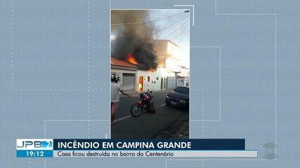 Casa é destruída após incêndio em Campina Grande