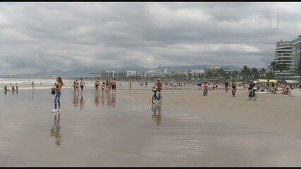 Multidão desrespeita normas e lota praia de Bertioga, SP