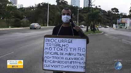 Baiano vai para as ruas de Salvador com cartaz, em busca de oportunidade de trabalho