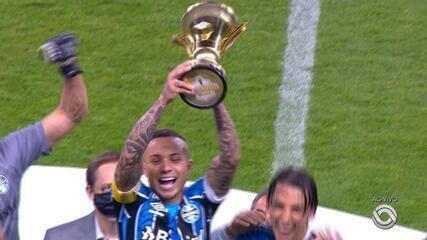 Everton Cebolinha ergue o troféu de campeão do segundo turno do Gauchão pelo Grêmio