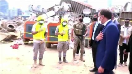 Presidente francês, Emmanuel Macron, visita local de explosão no Líbano