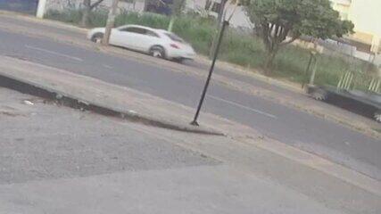 Vídeo mostra carros em alta velocidade momentos antes de atingir motociclista