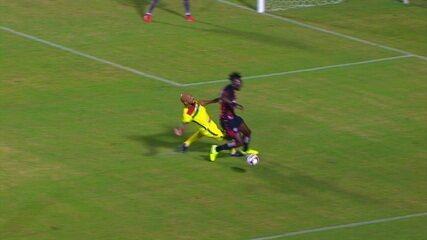 Pênalti! Paulo Sérgio dá carrinho em Caicedo na área e juiz marca penalidade, aos 17 do 1º