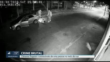 Câmera de segurança flagra o assassinato de uma pessoa no meio da rua, em BH; veja o vídeo