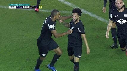 Gol do Bragantino! Após cobrança de escanteio, Claudinho bate forte da entrada da área e empata aos 47 do 2º tempo