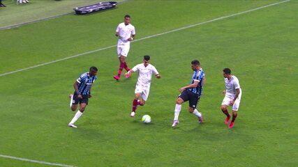 Diego Souza tenta um drible típico do futsal