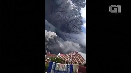 Vulcão na Indonésia entra em erupção, lançando cinzas cinco quilômetros no céu