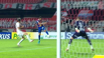 Romarinho cruza, e Bruno Melo chega batendo de primeira,mas Tiago Volpi defende, aos 17 do 1º tempo