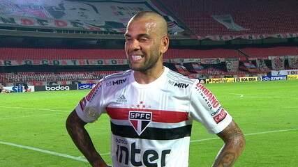 """Daniel Alves tem saudades da torcida: """"""""Estamos acostumados a jogar com a pressão dos torcedores."""""""
