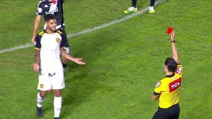 Expulso! Após revisão no VAR, Ronaldo recebe o vermelho por agressão em Bruno Gomes, aos 52 do 2º tempo