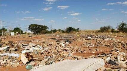 Moradores são flagrados jogando lixo em lugar irregular em Rio Preto