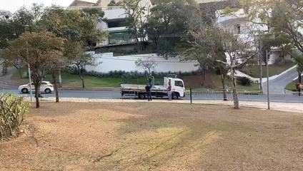 Por volta das 16h desta quinta-feira (20), caminhão retirava grades que cercavam da Praça do Papa.