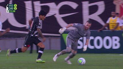 Não Valeu! Cano recebe cara a cara com Paulo Victor, goleiro leva a melhor, mas jogada é parada, aos 24 do 2º tempo