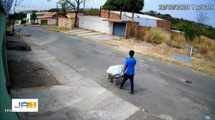 Homem parou para comprar cigarro enquanto carregava corpo em carrinho de mão