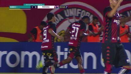 Gol do Vitória! Léo Ceará cobra pênalti no alto e abre o placar aos 22 do 2º tempo