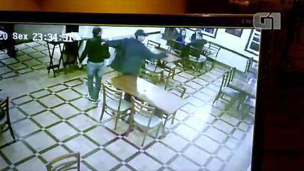 Imagens flagram momento em que pizzaria é assaltada por dois homens em Petrópolis, no RJ