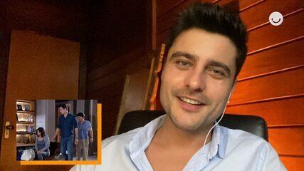Guilherme Leicam assiste a cena de seu personagem em 'Fina Estampa' a convite do Gshow