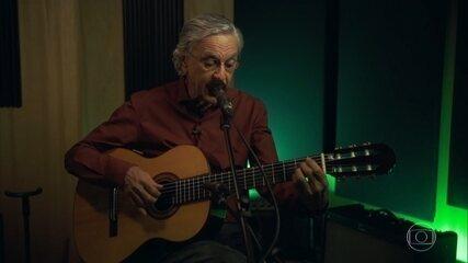 """Caetano Veloso canta versão de """"Hey Jude"""" dos Beatles"""