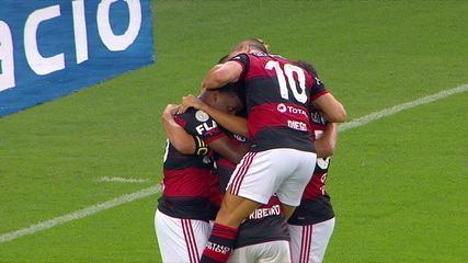 Gol do Flamengo! Gabigol fica de cara para o gol e, livre, chuta para virar partida, aos 41' do 2° tempo