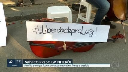 Parentes e amigos de músico preso fazem protesto em frente ao presídio de Benfica