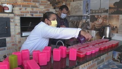 Professora de química de Pelotas multiplica barras de sabão para doar na pandemia