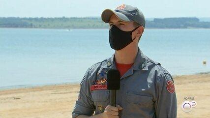 Bombeiros procuram mulher que estava em barco que virou na represa de Jurumirim