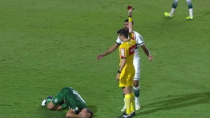 Cartão vermelho para Rodolfo Filemon. O zagueiro dá um coice, acerta o Rafael Moura e é expulso aos 47 do 1º tempo.