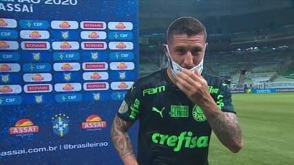 Zé Rafael leva jato de água na cara por causa do sistema de irrigação do gramado durante a entrevista