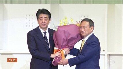 Yoshihide Suga é novo líder do partido de Shinzo Abe