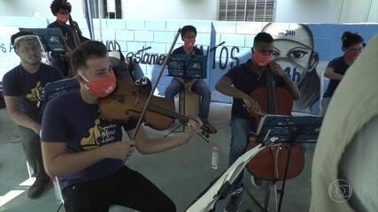 Músicos da favela da Maré, no Rio, homenageiam profissionais de saúde
