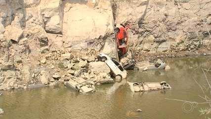 Mais de 10 carros aparecem em pedreira desativada após diminuição do nível de água