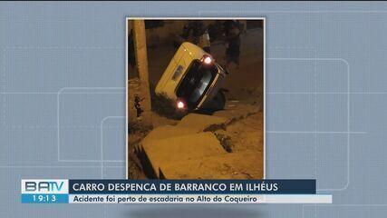 Carro despenca de barranco no bairro de Alto do Coqueiro, em Ilhéus, sul da Bahia