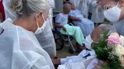 Idoso recebe alta e se casa em hospital de campanha