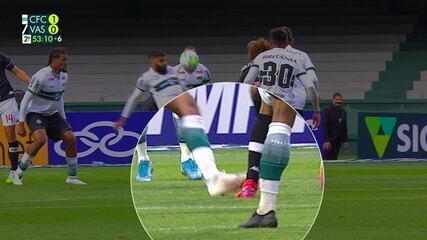 Neto Borges fica pedindo pênalti, mas árbitro consulta o VAR e manda o jogo seguir, aos 52' do 2T