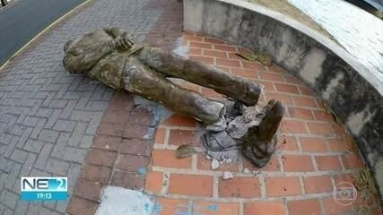 Estátua de Ariano Suassuna é vandalizada no Centro do Recife