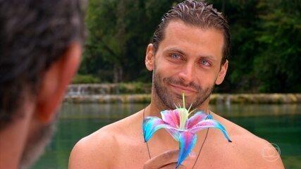 Cassiano pensa em Ester ao ver uma flor