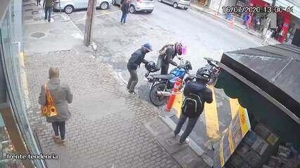 Câmeras registraram momento em que homens fugiram em moto após roubo em Petrópolis