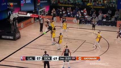 Murray finge a enterrada, e passa a bola por baixo de LeBron para fazer a cesta
