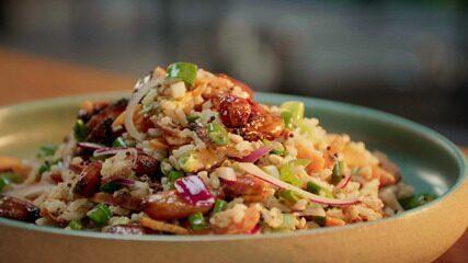 Salada de arroz com pinhão tostado