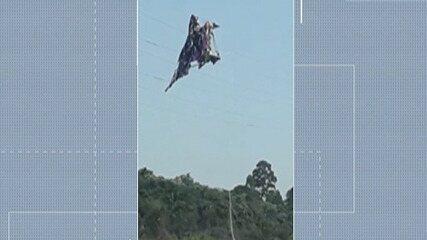 Balão fica preso em cabos de alta tenção na represa de Taiaçupeba