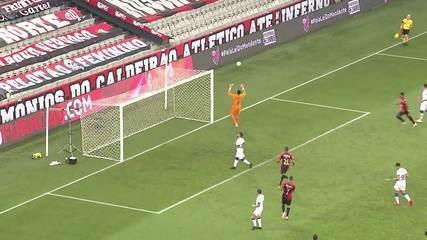 Pênalti para o Bahia! O goleiro, Santos defende o pênalti de Clayson, aos 37 do 2º tempo.