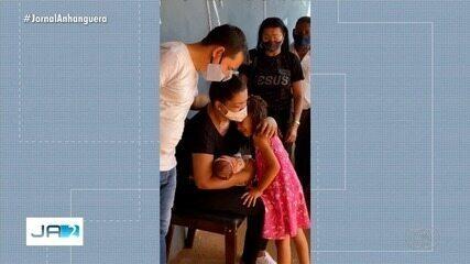 Após se recuperar da Covid-19, mãe segura filha nos braços pela primeira vez