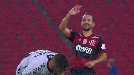 Gol do Flamengo! Everton Ribeiro chuta, a bola desvia em Zé Ivaldo e entra no canto aos 31 do 2º tempo