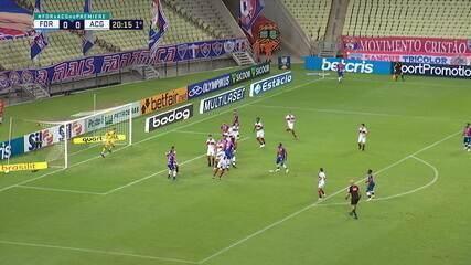 Paulão cabeceia forte; Jean defende no centro do gol aos 20 do 1º tempo