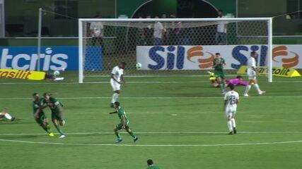 Gol do Goiás! Rafael Moura recebe cruzamento e bate rasteiro, aos 21' do 1T