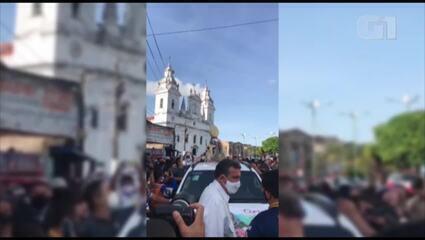 Dom Alberto abençoa fieis que aguardavam próximo da Igreja da Sé