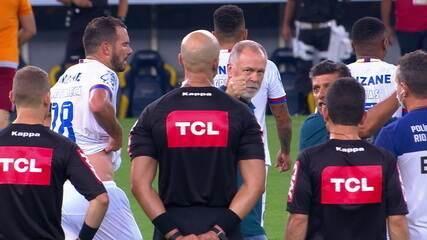 """Mano Menezes reclama com a arbitragem ao fim da partida: """"Última vez que você apita"""""""