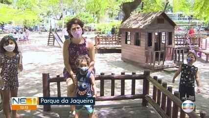 Crianças aproveitam o feriado brincando no Parque da Jaqueira, no Recife